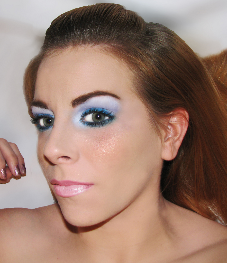 how to wear blue eyeshadow with green eyes